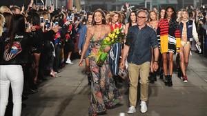 La modelo Gigi Hadid y Tommy Hifiger, al final del desfile.