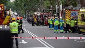 Trabajadores de Emergencia frente al edificio derrumbado en Madrid