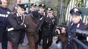 Los carabinieri escoltan al mafioso Pasquale Russo, una escena que podría reproducir cualquier giallo.