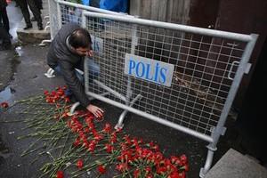 Los ciudadanos de Estambul depositan flores en el lugar del atentado.
