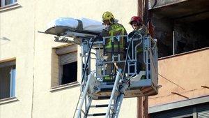 Los cuerpos de lastres personas fallecidas fueron sacados por las ventanas del edificio.