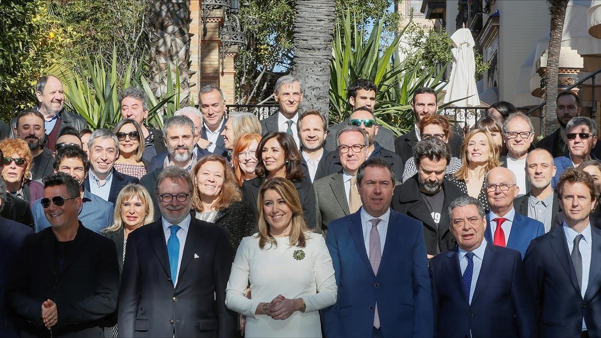 Los galardonados de los Premios Ondas, con Alejandro Sanz, Juan Luis Cebrián, Susana Díaz y Juan Espadas, en primera fila.
