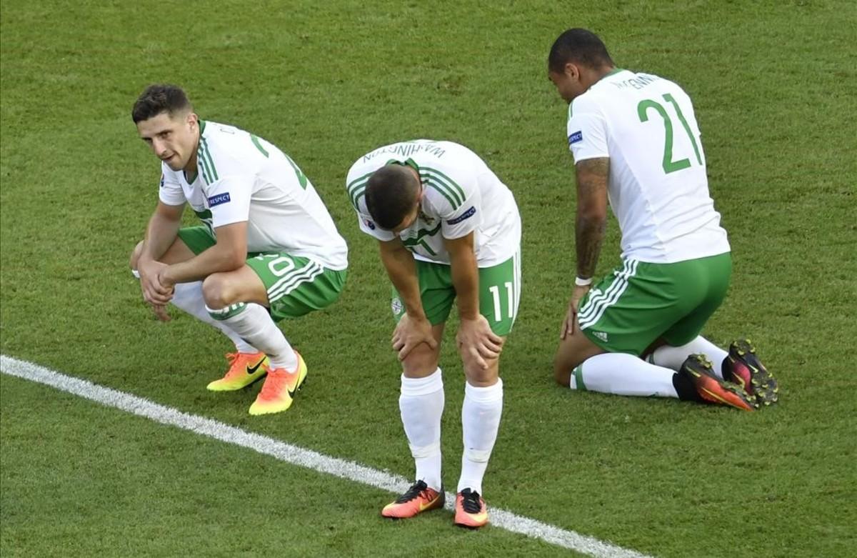 Los jugadores de Irlanda del Norte tras la derrota frente a Gales.