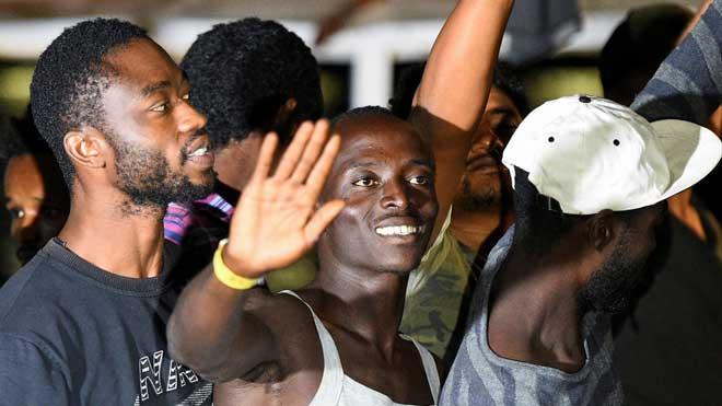 Los migrantes del 'Open Arms' desembarcan en Lampedusa.