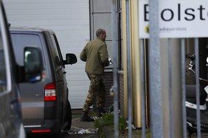 Los servicios de emergencia trabajan en la empresa de Amsterdam donde ha estallao un paquete bomba.
