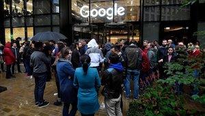 Los trabajadores permanecen fuera de las oficinas de Google, en Londres, durante la protesta mundial celebrada esta mañana.