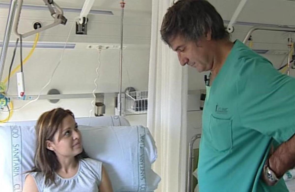 Macchiarini con la paciente a la que realizó el primer trasplante de tráquea del mundo, en el hospital Clínic de Barcelona.