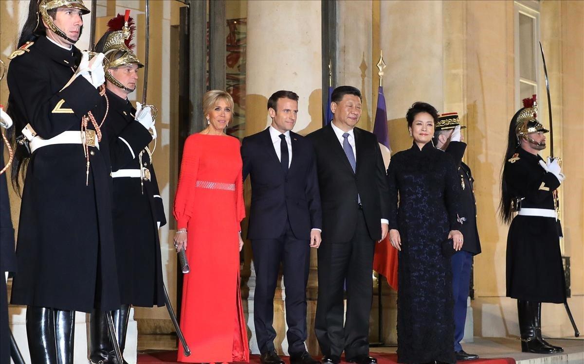 Macron y Xi Jinping con sus respectivas esposas, en el Palacio del Elíseo de París.
