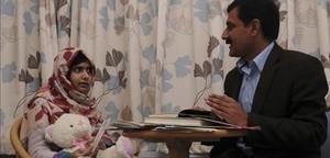 Malala y su padre charlan en la habitación del hospital donde la menor se recupera de las heridas.