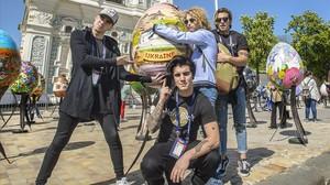 El cantante Manel Navarro y sus músicos, ante la catedral de Santa Sofía, en Kiev (Ucrania).