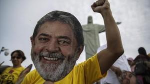 Un manifestante seguidor de Lula usa una máscara con la imagen del expresidente, en un acto a favor de su liberación, el 14 de abril, en Río de Janeiro.