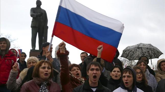Manifestants prorussos criden consignes en una concentració al centre de Simferopol, la capital de Crimea, aquest dimecres.