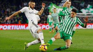 Marc Bartra y Benzema pugnan por un balón.