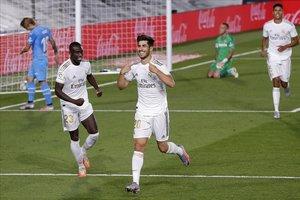 Marco Asensio, sonriente, celebra su gol al Valencia en el estadio Di Stefano