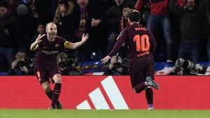 Iniesta celebra el gol de Messi en Stamford Bridge.