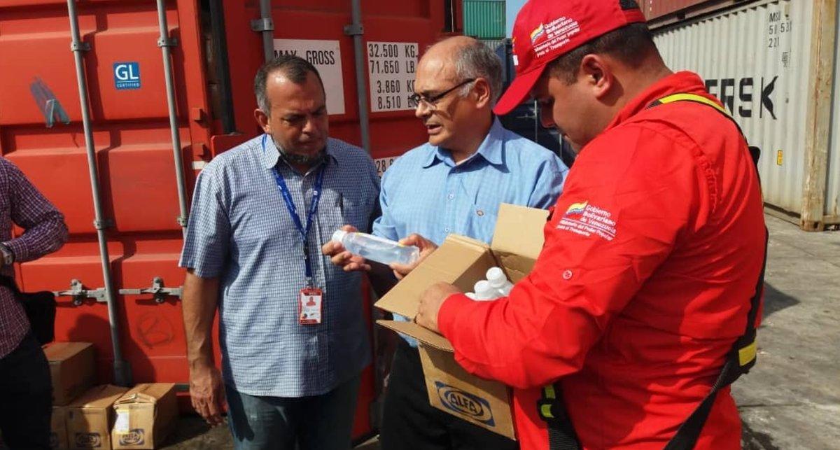 El ministro de Salud de Venezuela, Carlos Alvarado, revisando ayuda humanitaria y medicinas.
