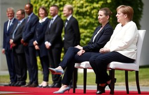 La canciller Angela Merkel, sentada junto a la primera ministra de Dinamarca, Mette Frederiksen, este jueves