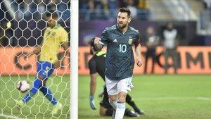 Messi celebra el gol que marcó tras aprovechar el rechace del penalti que le paró Alisson.
