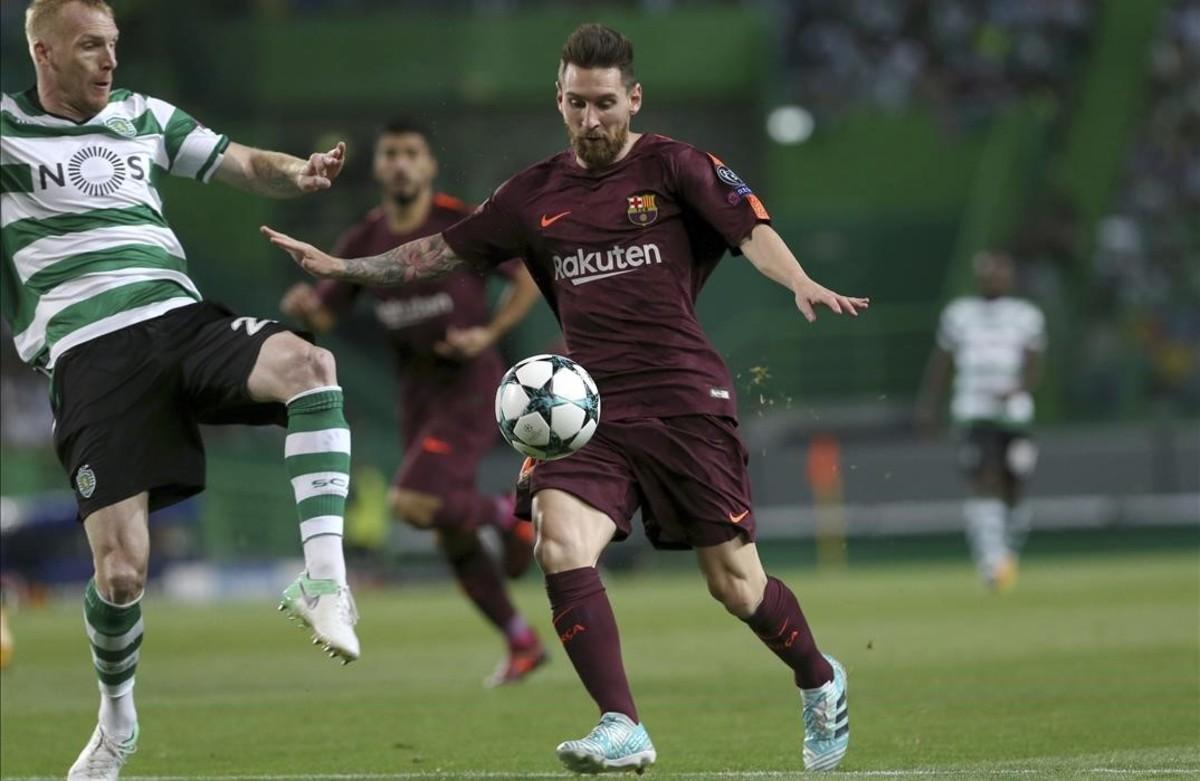 Messi intenta avanzar ante la oposicón de Mathieu.