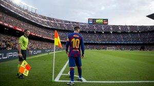 Messi, preparado para lanzar un córner ante el Alavés en el Camp Nou.