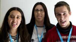 Achouak Aknin, estudiante de Alcora (Castellón); su profesora Mercedes Martínez, y Èric Matamoros, estudiante de Amposta (Tarragona), voluntarios que han participado y ganado un premio por su trabajoen el proyecto Saca la Lengua.