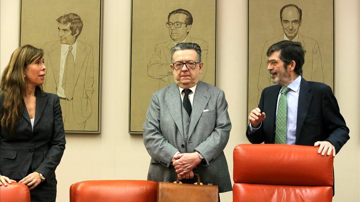 Miguel Herrero y Rodríguez de Miñón (en el centro), en la comisión de estudio sobre el modelo de Estado, en el Congreso.