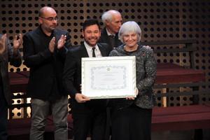 Miguel Poveda recoge el título de Hijo Predilecto de Badalona de manos de la alcaldesa Dolors Sabater.