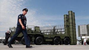 Un militar ruso pasa ante un misil S-400 Triumph en unas instalaciones estatales a las afueras de Moscu.