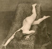 Modelo para artistas realizada en 1895 por los fotógrafos alemanesMax Koch y Otto Rieth, recogida por Michel Frizot en la exposición de Foto Colectania 'Toda fotografía es un enigma'.