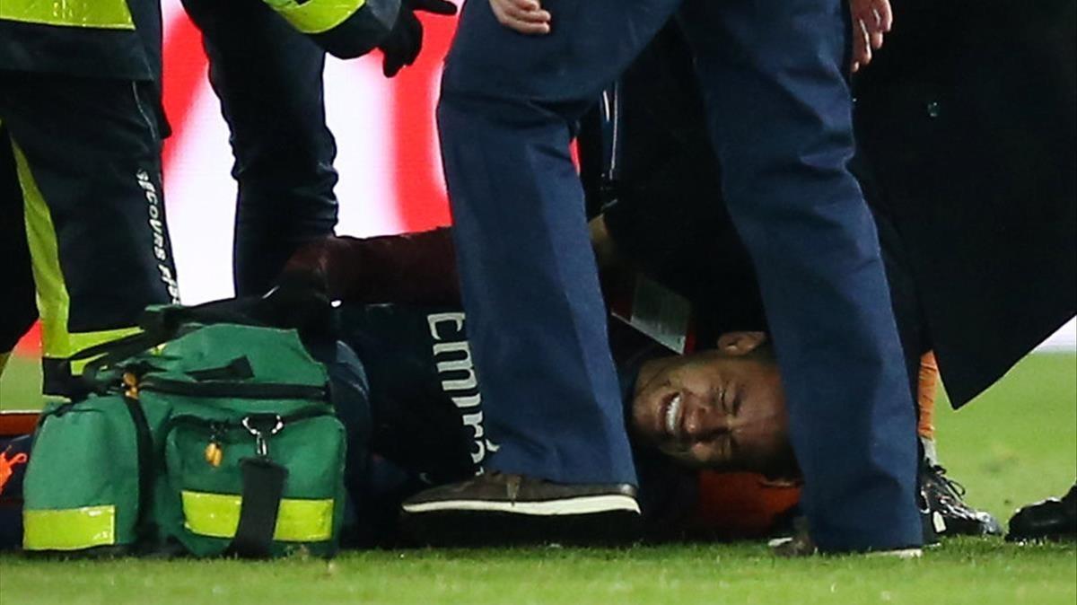 Neymar se lamenta de la lesión en el tobillo derecho que padeció en el Parque de los Príncipes parisino.
