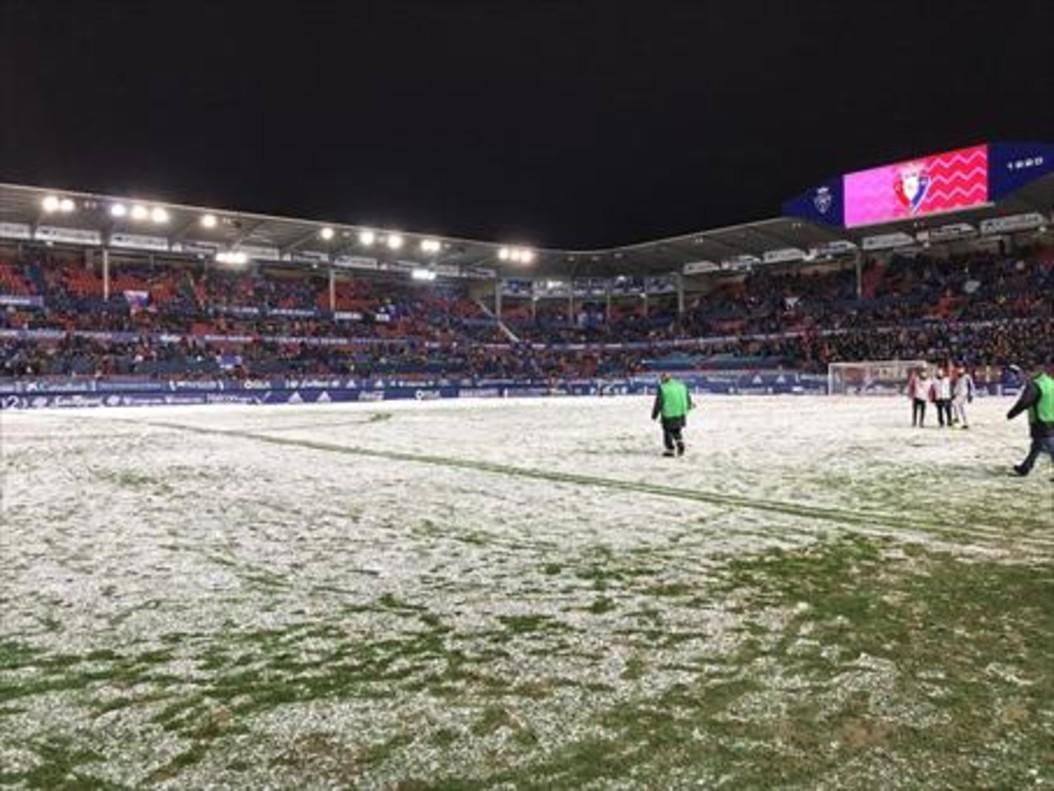 La nieve se posó ayer sobre el césped de El Sadar. El partido no se jugó.