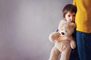 Niño con ansiedad abraza a su madre.