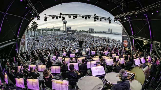 El popular concierto reunió a 14.000 personas en la playa de Sant Sebastià.
