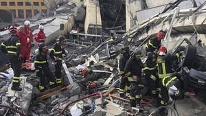 Operarios trabajando en el rescate de víctimas y supervivientes.