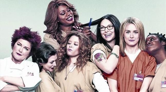 Imagen promocional de 'Orange is the new black', con su protagonista, Taylor Schilling (de naranja).