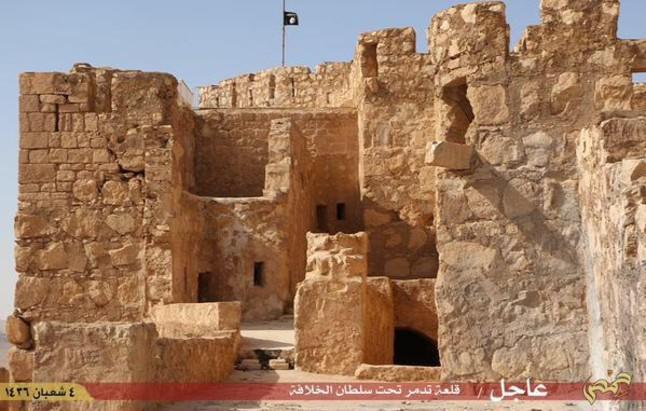 La bandera del Estado Islámico colocada en la ciudadela de Palmira.