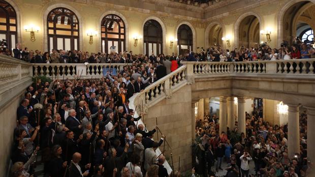 El Parlament celebra la declaración de independencia cantando Els Segadors