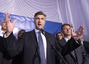 El líder de la Unión Democrática Croata,Andrej Plenkovic, celebra su victoria.