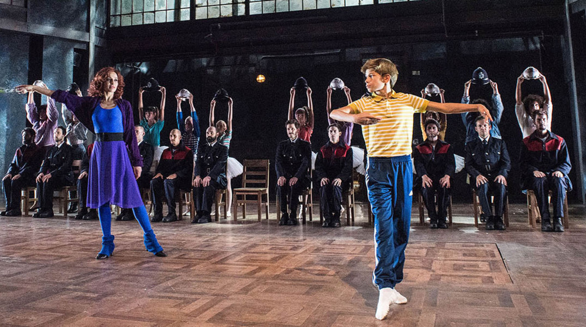 Pau Gimeno, caracterizado como Billy Elliot, atiende a las instrucciones de Natalia Millán, que interpreta a la señorita Wilkinson.