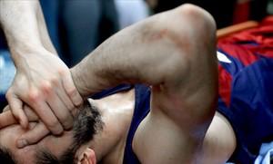 Pau Ribas, tendido en el suelo, con visibles muestras de dolor, tras lesionarse en Belgrado