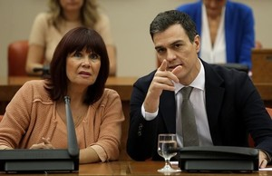 Pedro Sánchez y Micaela Navarro, en la reunión de los diputados y senadores del PSOE en el Congreso.