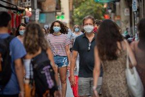 Personas con mascarilla en una calle de Barcelona.