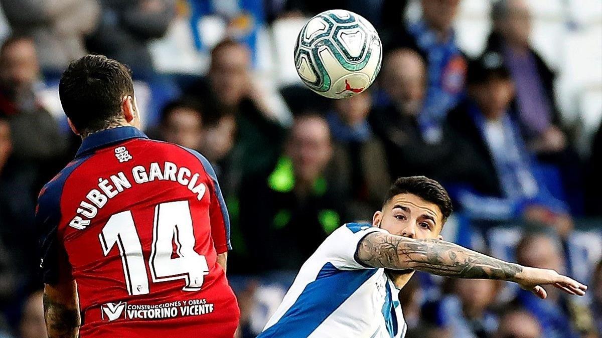 Pipa y Rubén García luchan un balón durante la primera mitad.
