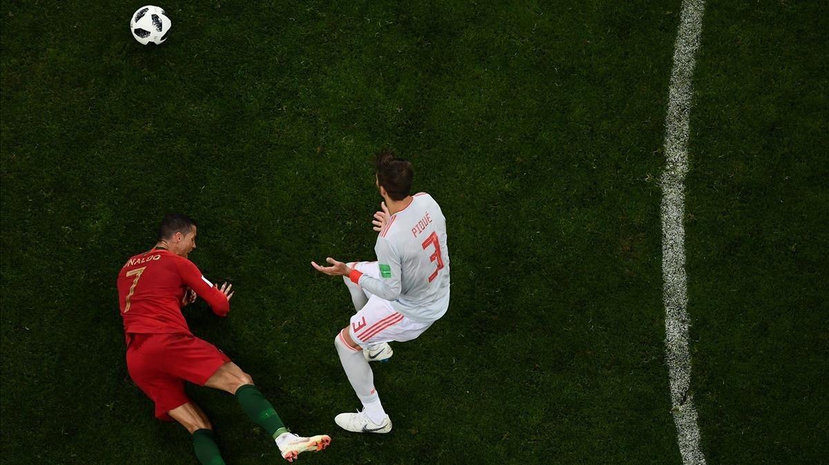 Piqué, en el partido contra Portugal en el debut en el Mundial, con Cristiano.