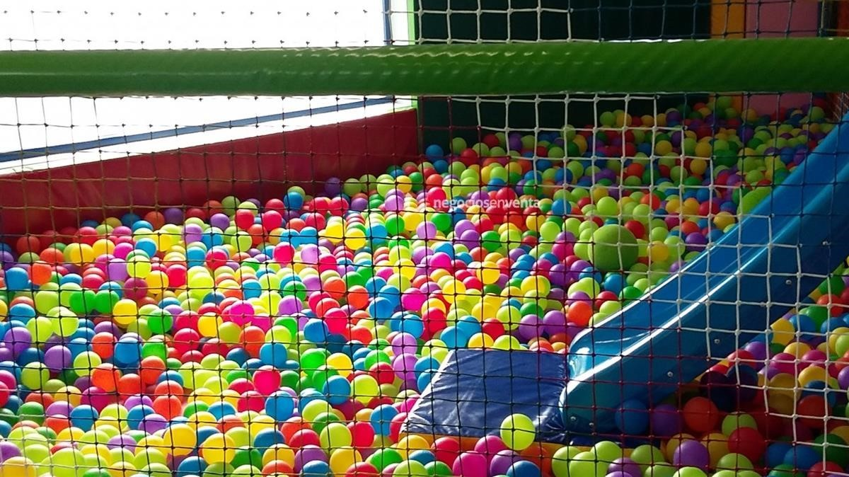 Una ri a entre 2 ni os se salda con 6 heridos en un parque for Piscinas de bolas para bebes