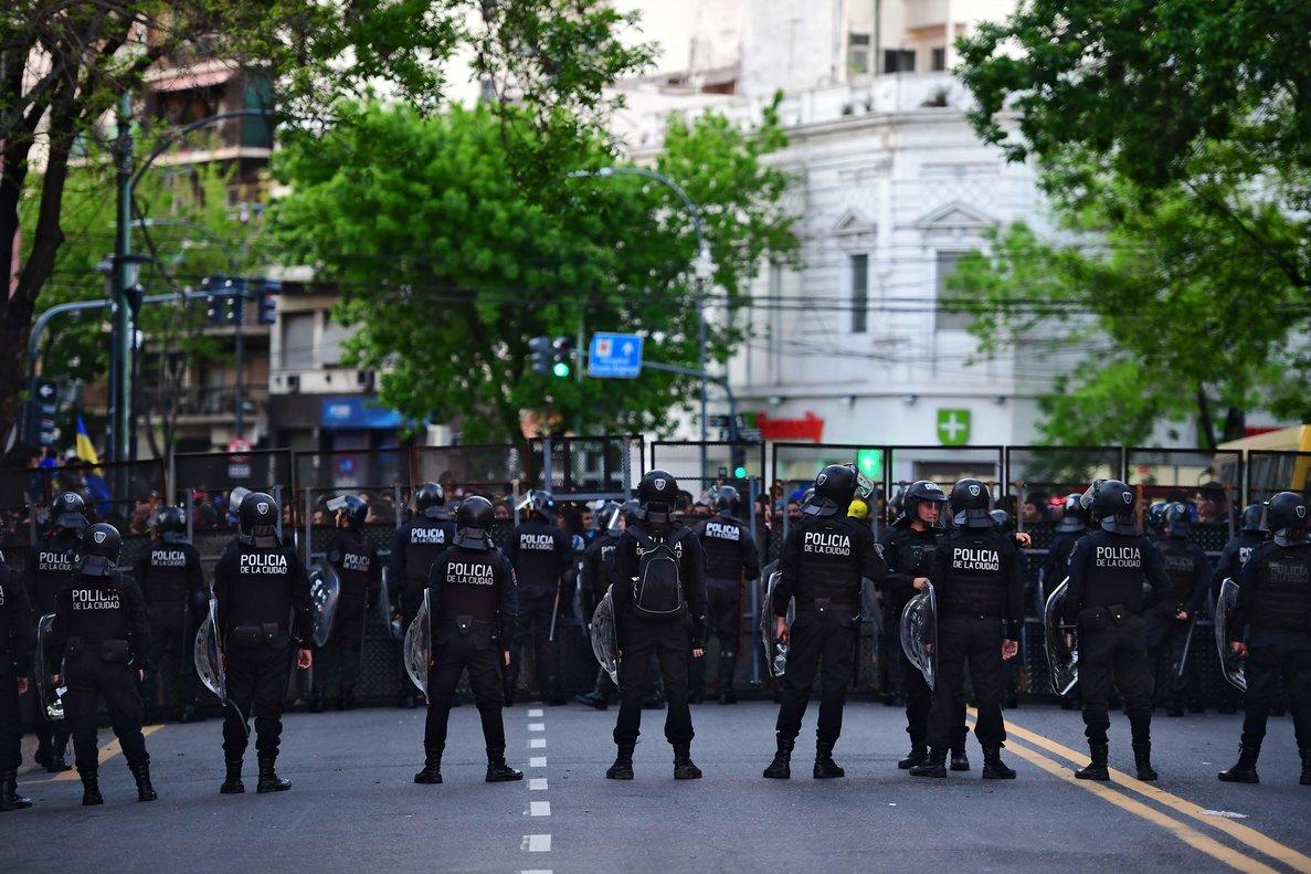 La policía de Buenos Aires acordona los aledaños del estadio del Boca Juniors.