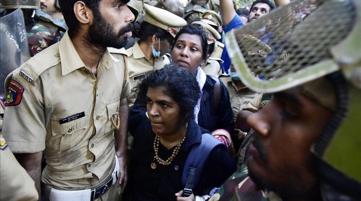 La policía escolta a mujeres que no lograron entrar en el templo de Sabarimala el 24 de diciembre del 2018.