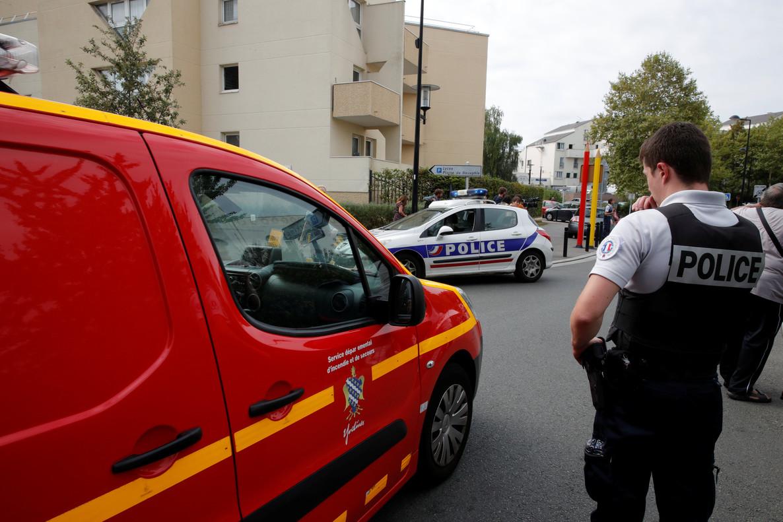 La policía francesa acordona la calle en la que ha tenido lugar el ataque, este jueves en Trappes.