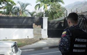 Un policía venezolano frente a la Embajada española en Caracas.