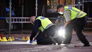 Policías forenses trabajan en el lugar en el que un grupo de personas resultaron heridas por arma de fuego en el centro de Malmo, Suecia.